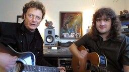 Andreas Fahnert (links) und Hartmut Krech am 8.2.2002 in einem Flensburger Studio. © dpa / picture alliance Foto: DB Norbert Klockgether