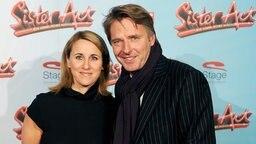 """Der Moderator Jörg Pilawa und seine Frau Irina kommen am 2. Dezember 2010 in Hamburg zur Premiere des Musicals """"Sister Act"""". © dpa - Bildfunk Fotograf: Angelika Warmuth"""