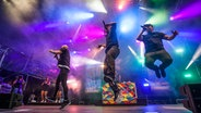 Culcha Candela springen auf die Sommertour-Bühne. © ndr.de Foto: Georg Hundt