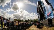 Das Publikum feiert Tom Walker auf der Bühne beim Hurricane-Festival 2018 in Scheeßel. © NDR Fotograf: Benjamin Hüllenkremer