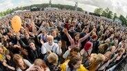 Das Publikum feiert Tom Walker auf der Bühne beim Hurricane-Festival 2018 in Scheeßel. © NDR Foto: Benjamin Hüllenkremer