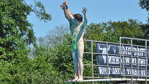 Ein Mann in einem Borat-Kostüm © NDR Fotograf: Marco Maas