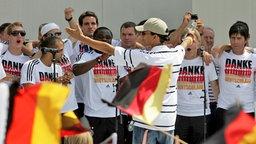 Xavier Naidoo mit der deutschen Nationalmannschaft 2006 in Berlin © picture alliance / Pressefoto Ulmer