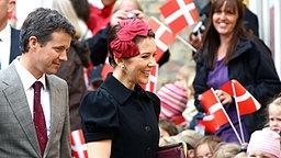 Der Platz vor dem Kulturzentrum ist ein buntes Meer aus Rot und Weiß, den Farben der dänische Flagge Dannebrog. © dpa Bildfunk Fotograf: Carsten Rehder