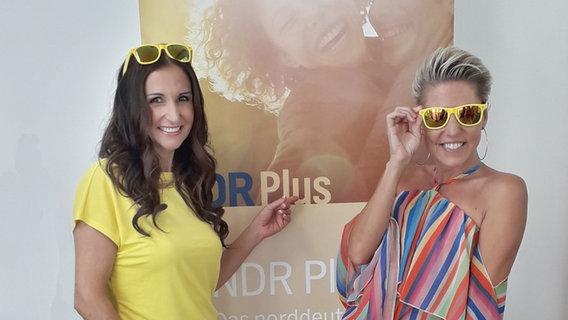 Anita und Alexandra Hofmann vor einem NDR Plus - Banner © NDR Plus Foto: Regina Kramer