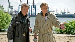 Jörg Pilawa (rechts) und Jan Fedder stehen in Großstadtrevier am Elbufer in Hamburg. © ARD/Thorsten Jander Fotograf: Thorsten Jander