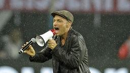 Roger Cicero singt im Leipziger Fußballstadion den offiziellen DFB-Song © imago/MIS