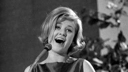 Die 17-jährige dänische Sängerin Gitte Haenning bei einem Auftritt am 15.06.1963 bei den Deutschen Schlagerfestspielen im Kurhaus in Baden-Baden.  © picture alliance / Harry Flesch Foto: Harry Flesch