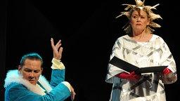 """Die Sängerin Gitte Haenning (Narr - r) und der Schauspieler Markus Boysen (Sir Toby Belch) spielen am Donnerstag (10.06.2010) während einer Probe zum Theaterstück """"Was ihr wollt"""" auf der Bühne des Renaissance-Theaters in Berlin.  © dpa Foto: Soeren Stache"""