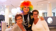 Dragqueen Olivia Jones mit zwei Touristinnen in einem Hotel in Hamburg. © NDR Foto: Claudia Timmann