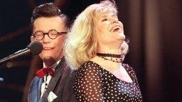 """Mary Roos und Götz Alsmann bei der Aufzeichnung der NDR-Fernsehsendung """"Der schönste Grand Prix"""" 1998. © Picture-Alliance / dpa Foto: Markus Beck"""