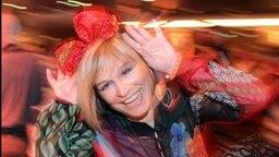 Mary Roos hat eine rote Schleife auf dem Kopf © Picture-Alliance / dpa Foto: Jens Kalaene