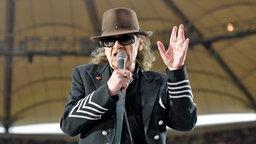 Udo Lindenberg singt im Hamburger Volksparkstadion. © dpa-Bildfunk Foto: Axel Heimken