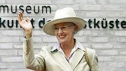 Königin Margrethe II. winkt in Alkersum auf der Nordseeinsel Föhr Besuchern des Westküstenmuseums zu © dpa Bildfunk Foto: Carsten Rehder