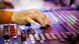 Eine Hand am Mischpult © Fotolia.com Foto: Kzenon