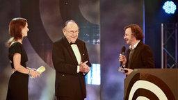 Hans-Dietrich Genscher mit Preisträger Jens Schellhass und Moderatorin Katrin Müller-Hohenstein  Foto: Marco Maas