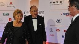 Laudator Hans-Dietrich Genscher und seine Ehefrau Barbara vor Beginn der Radiopreis-Gala am 17. September 2010 in Hamburg. © NDR Foto: Marco Maas
