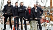 Die Mitglieder der Band Santiano auf einem Schiff: Hans Timm Hinrichsen, Axel Stosberg, Andreas Fahnert, Pete Sage und Björn Both (von links nach rechts). © dpa picture alliance Foto: Malte Christians