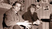 Dave Stirrup (The Kingpins, r.) und Fotograf Robert Günther im Hamburger Star Club am 02. November 1966. © Robert Günther Foto: Robert Günther