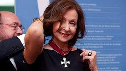 Der luexemburgische Botschafter legt Vicky Leandros einen Orden um, mit dem sie zum Kommandeur des Verdienstordens des Großherzogtums Luxemburg ernannt wird. © Imago Stock & People