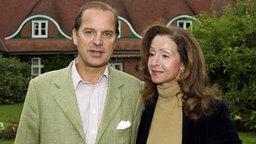Enno von Ruffin und Vicky Leandros vor ihrem Wohnhaus auf Gut Basthorst. © dpa / picture alliance Foto: Wolfgang Langenstrassen