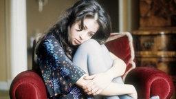 Nachdenklich sitzt Vicky Leandros 1976 auf einem Stuhl. © Imago Stock & People