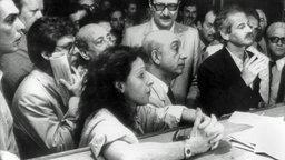 Vicky Leandros und ihr erster Mann Iwan Sisiadis (rechts) vor Gericht. © picture alliance / dpa