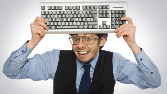 Grinsender Computernerd hält sich eine Tastatur vor die Stirn. © fotolia Fotograf: Elnur