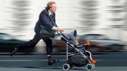 Eine dynamische Ansicht eines rennenden Mannes mit Kinderkarre an einer Straße. © iStock Fotograf: Ursula Deja Schnieder