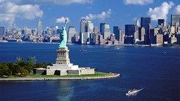 Skyline des New Yorker Stadtteils Manhattan mit Freiheitsstatue. © picture-alliance / Bildagentur Huber