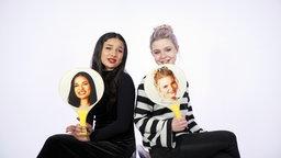 """Das Pop-Duo """"S!sters"""" sitzt vor einer weißen Wand. © NDR"""