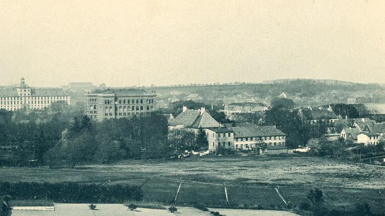 Ein historisches Foto vom ehemaligen Aussichtsturm auf dem Erdbeerberg in Schleswig in Richtung Schloss Gottorf und Regierungsgebäude © Stadtarchiv Schleswig