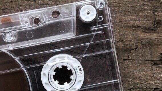 Musikkassette auf Holztisch. © blackboard1965/fotolia Foto: blackboard1965