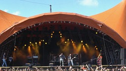 Blick über die Zuschauermenge auf die große Bühne beim Roskilde Musik-Festival in Dänemark. (Aufnahme vom 29.6.1997). Das Festival ist seit 1976 eines der größten seiner Art in Nordeuropa. © dpa - Bildarchiv