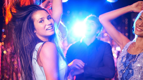 Junge Frau tanzt in einer Disko. © Fotolia.com Fotograf: pressmaster