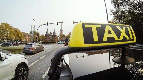 Das Taxi Jan Malte an einer Kreuzung in Lübeck © NDR