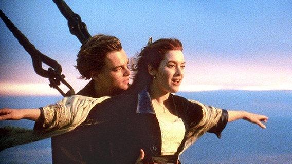 Szene mit Leonardo di Caprio (Jack) und Kate Winslet (Rose)in dem Film Titanic von Regisseur James Cameron. © picture-alliance / dpa