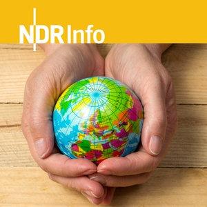 Eine Weltkugel wird von zwei Händen schützend gehalten © fotolia.com Fotograf: dp@p