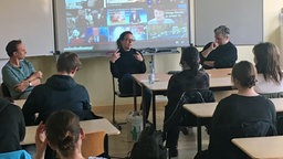 Die Macher von Extra 3  mit Schülern in der Beruflichen Schule in Schwerin.  Foto: Hauke Sievers