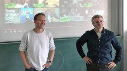 Dennis Kaupp und Jesko Friedrich in der Kaiser-Karl-Schule. © NDR Foto: Hauke Sievers