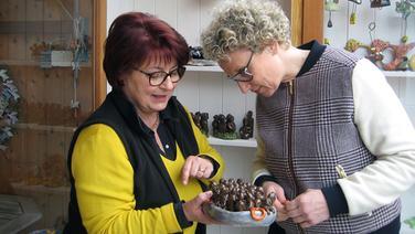Julia Westlake zu Besuch in Tespe in der Ton-Werkstatt von Angela Stehr (links). Fotograf: Hauke Sievers