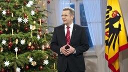 Bundespräsident Christian Wulff hält am 21.12.2010 im Schloss Bellevue in Berlin seine Weihnachtsanprache, die fürs Fernsehen aufgezeichnet wurde. © dpa bildfunk Foto: BPA/Steffen Kugler