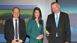 Linda Zervakis wird von NDR-Intendant Lutz Marmor (rechts) und Kai Gniffke (links, Chefredakteur ARD-aktuell) als neue Sprecherin der Hauptausgabe der Tagesschau vorgestellt. © picture alliance/Eventpress